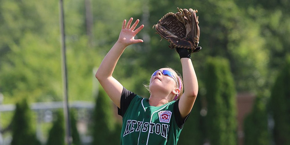 sb player catching fly ball